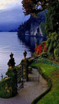 Puerta Abre -Lake Como - Italia  Siempre increíble y hermoso Lago de Como  Es un lago de origen glacial en Lombardía, Italia. Es el tercer lago más grande de Italia, después del lago de Garda y el lago Maggiore. Es uno de los lagos más profundos de Europa.  Lago de Como ha sido un refugio popular para los aristócratas y los ricos desde la época romana, y una atracción turística muy popular con muchas joyas artísticas y culturales. Tiene muchas villas y palacios.  Muchas personas famosas…