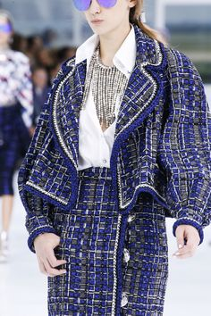 Chanel Spring 2016 Ready-to-Wear Fashion Show Details: See detail photos for Chanel Spring 2016 Ready-to-Wear collection. Look 32 Fashion Week, Runway Fashion, High Fashion, Fashion Show, Fashion Beauty, Chanel Couture, Primavera Chanel, Chanel Spring 2016, Karl Otto