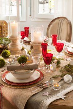 Vajilla de Navidad blanca y roja, cristalería transparente y roja, candelabros, guirnalda de luces y detalles con plantas (418567)