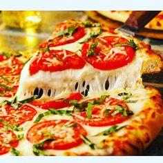 Aquela vontade sem data para se realizar. Saudades pizza.  #foconadieta #dieta #dietaetreino #lowcarb #30diasparasecar #teampansera #desejo #desejoproibido #pizza #pizzahut #marguerite #massa #cozinhaitaliana #queijo #gordice by querciaoliveira