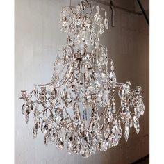 LYSEKRONE 10 ARMAR LEVANDE COGNAC Dette er en barokk lysekrone, som er perfekt når du vil ha noe ekstra spesielt og har plass til det. En ti-væpnede modell med vakkert klar krystall. Laget for enhver type østeuropeisk design. Denne lysekrone i krystall endrer atmosfæren i et rom, legge til en klassisk og spennende gnisten til enhver hendelse. Baroque, Nars, Chandelier, Ceiling Lights, Lighting, Home Decor, Candelabra, Decoration Home, Room Decor