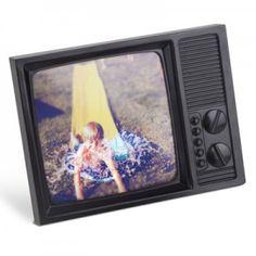 Uma maneira super descontraida de colocar suas fotos. O Porta Retrato TV tem toda nostalgia das TVs antigas. Deixe sua casa ou escritório mais divertido!