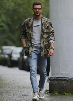 An olive camouflage shirt jacket and light blue skinny jeans? This is an easy-to-achieve getup that you could wear a variation of on a day-to-day basis. White leather low top sneakers are a savvy choice to finish this outfit. Camo Shirt Outfit, Light Blue Jeans Outfit, Military Jacket Outfits, Blue Jean Outfits, Light Blue Skinny Jeans, Camo Outfits, Camouflage Fashion, Camouflage Jacket, Camo Fashion