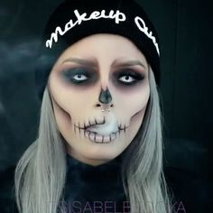 Are you looking for inspiration for your Halloween make-up? Browse around this website for cool Halloween makeup looks. Maquillage Halloween Zombie, Halloween Makeup Sugar Skull, Cute Halloween Makeup, Halloween Eyes, Halloween Makeup Looks, Halloween 2020, Halloween Make Up Scary, White Contacts Halloween, Quick Easy Halloween Costumes