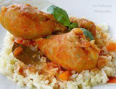 Месцето става много крехко и сочно, така че със сигурност ще ви хареса тази рецепта за пилешки бутчета с ориз и доматен сос.