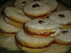 Posne vanilice sa pekmezom od kajsija - Prhke, ukusne, posne vanilice prave se bez jaja i najukusnije su onda kada su punjene domaćim pekmezom od kajsija. Savršene su, brzo se spremaju, a mogu dugo da stoje...