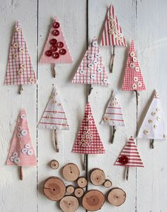 Button tree made of scraps for Christmas - Sweet Laura - Button Crafts Christmas Sewing, Christmas Candy, Kids Christmas, Christmas Gifts, Christmas Ornaments, Holiday, Xmas Crafts, Diy And Crafts, Christmas Fabric Crafts