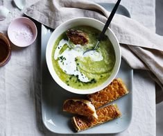 Broccoli soup and cheesy toast recipe - Heat oil in a large saucepan over medium heat, add leek, celery and garlic and stir occasionally until translucent minutes). Best Broccoli Soup, Broccoli Soup Recipes, Cauliflower Recipes, Cheesy Toast Recipe, Frittata, French Restaurant Menu, Chickpea Soup, Soups