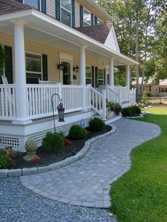 38 Perfect Farmhouse Front Porch Landscape Design Ideas No matter in which you set your porch be sure it's a great fit for the way you live. Moreover, for those who have a porch or a backyard, that may be the very best location to hang your swing. Exterior Tradicional, Veranda Design, House With Balcony, House Deck, Balcony Deck, Front Yard Landscaping, Landscaping Ideas, Walkway Ideas, Railing Ideas