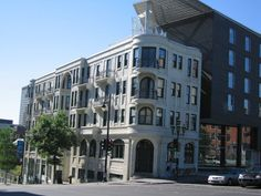 Construit en 1914, l'édifice Joseph-Arthur-Godin est classé le 26 mars 1990, il y a 25 ans. Il est l'un des rares immeubles de rapport construits à Montréal avant la Première Guerre mondiale et l'un des quelques exemples d'architecture résidentielle en béton du début du 20e siècle en Amérique du Nord. Le bâtiment tire son nom de son architecte-promoteur, Joseph-Arthur Godin (1879-1949). © Ministère de la Culture et des Communications #Cestmonhistoire #RPCQ