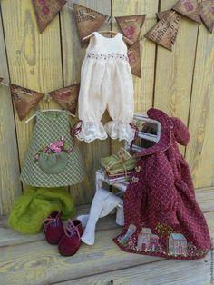 Купить или заказать МАЛЫШКА в ПАЛЬТИШКЕ (бордо) в интернет-магазине на Ярмарке Мастеров. МАЛЫШКА НАШЛА ДОМ!!! Нежная,романтичная девочка со связкой книг станет любимой подружкой для будущей отличницы! Рост 32 см, ручки и ножки армированы.Волосы - козочка Одежда из японского фактурного хлопка украшена аппликацией и вышивкой в стиле рококо.Берет - мохер.Нижнее бельё - тонкий хлопковый батист.Ботиночки сделаны мной из натуральной замши.Миниатюрные книги тоже моя работа.