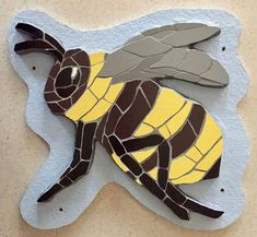 🐝Bumble bee and sunflower mosaic art - these are so fun! Mosaic Garden Art, Mosaic Tile Art, Mosaic Flower Pots, Mosaic Pots, Pebble Mosaic, Mosaic Crafts, Mosaic Projects, Mosaic Glass, Mosaic Tables