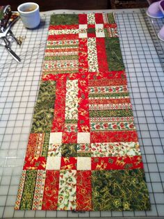 Table Runner And Placemats, Table Runner Pattern, Quilted Table Runners, Christmas Patchwork, Christmas Sewing, Christmas Quilting, Christmas Fabric, Place Mats Quilted, Quilted Table Toppers