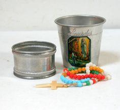 Timbale, rond de serviette et chapelet ancien, aluminium et perles de verre colorées, souvenir de Lourdes. www.lamerelipopette.com