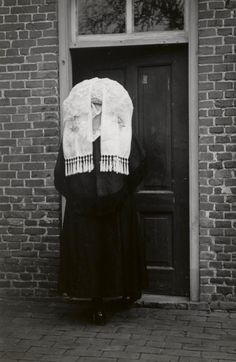 Vrouw in zondagse dracht uit Oirschot. Ze draagt over haar muts een 'poffer'. Over het bovenlichaam draagt ze een pelerine. 1950 #NoordBrabant #Kempen My Past, Folk Costume, Traditional Dresses, Folklore, Family History, Netherlands, Holland, America, Culture