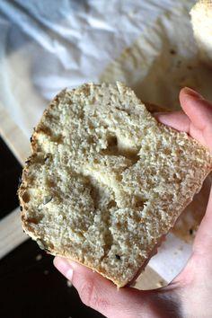 Un beau soir j'ai fait la téméraire et j'ai essayé de faire un pain sans gluten, sans pétrissage ni levée, et avec de la farine spéciale pâtisserie (le mix C de Schär). Donc mission à priori plutôt risquée... qui s'est avérée être une vraie réussite ;-)   J'ai