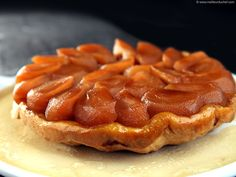 One of the goods things about the fall: plenty of fresh juicy apples. Another good thing: goodbye fruitsalads! Tarte Tatin - photo courtesy of Meilleur du Chef French Desserts, Apple Desserts, Köstliche Desserts, French Food, Delicious Desserts, Dessert Recipes, French Tart, Puff Pastry Recipes, Tart Recipes