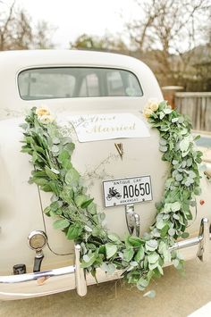 Beautiful garland for the getaway car. Photography: The Nolan's - christophernolanphotography.com/