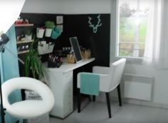Décoration personnalisée sans trous: deux plaques de bois posées contre le mur et bloquées par le bureau. Créée un espace individuel dans la pièce.