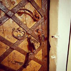 Renesancne #dvere v gotickom portali. #gotika #renesance #renesancia