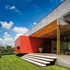 A GÊNESES DE ISAY WEINFELD Arquitetura & Design  Uma residência no bairro de Morumbi, em São Paulo, com belo jardim reservado e espaços sociais multifuncionais.