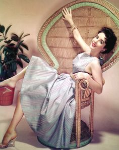 Liz Taylor on her fan back/Peacock chair. Elizabeth Taylor had made a huge impression for the whole world. Her movies, her love life, he. Old Hollywood, Hollywood Icons, Hollywood Celebrities, Hollywood Glamour, Classic Hollywood, British Celebrities, Divas, Mantel Elegant, Peacock Chair