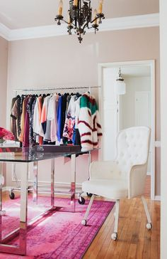 6 Chic Ways To Organize Your Clothes And Accessories | Glitter Guide Display your favorite pieces on a rolling rack, a chic way to plan your outfits for the week, too!