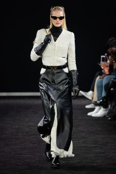Alexander Wang Herbst 2019 Ready-to-Wear-Kollektion - Vogue Fall Fashion Trends, Fashion Week, New York Fashion, Look Fashion, Trendy Fashion, Fashion Design, Alexander Wang, Winter Formal, Fashion Show Collection