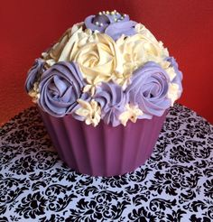 Giant cupcake with cream cheese frosting (red velvet cake)