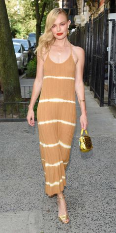 Look of the Day - Kate Bosworth put a neutral twist on the neon tie-dye trend by wearing a beige knit dress by Mango with gold heels, Missoma earrings and a co-ordinating Fendi bag. Simple Outfits, Simple Dresses, Celebrity Outfits, Celebrity Style, Kate Bosworth Style, Girl Fashion, Fashion Outfits, Fashion Trends, Celebrity Red Carpet