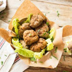 Polpette sind die italienische Fleischbällchen. Ihr knuspriger Mantel versteckt ein zartes Inneres aus frischer Petersilie und schmackhaftem Parmesan.