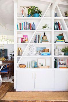 o que colecar na estante, decoração de estantes, estante branca com objetos coloridos