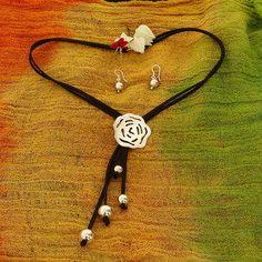 CAV037 PRECIO:$650.00 Juego de collar tipo corbata y aretes con gamuza negra  con dije de rosa acompañada con bolas de plata  esterlina .925. peso aproximado 17 gr.