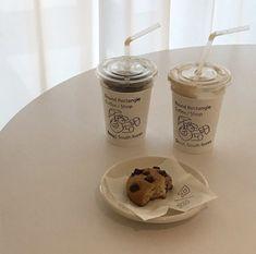 Cream Aesthetic, Aesthetic Coffee, Brown Aesthetic, Aesthetic Food, Coffee Cafe, Coffee Shop, Cafe Food, Looks Yummy, Milk Tea