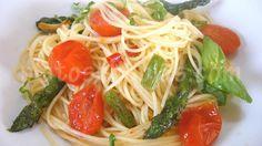 ESPAGUETIS con ESPARRAGOS verdes TOMATE y ALBAHACA - ingredientes para 2 PERS: 250g spaghetti (cocción rápida 3′) 8-10 espárragos verdes frescos 10-12 tomates cherry pera 1 ramita albahaca fresca 1 diente ajo 1 pizca chile rojo picante fresco 50g. queso parmesano rallado sal, pimienta 3 cuch.soperas aceite oliva