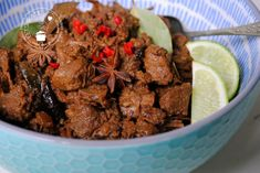 4 x rendang recept Crock Pot Slow Cooker, Slow Cooker Recipes, Asian Recipes, Healthy Recipes, Indonesian Food, Slow Food, Food And Drink, Beef, Paleo