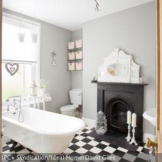 Sorgt für Extravaganz: Dieses Badezimmer mit Kamin erinnert an vergangene Zeiten. Die Badewanne mit Löwenfüßen passt perfekt zu dem antiken Kamin und dem  …