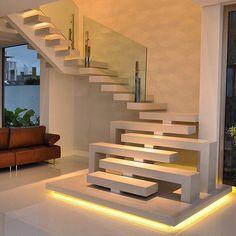 Só elogios a essa escada maravilhosa, feita com stone italiana, muito bem projetada por @rayssaliraarquitetura Parabéns!!! #designdeescada #designdiferencial #stoneitaliana #luminosidade