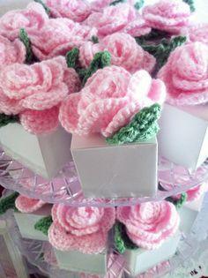 crochet flower favor boxes    baby shower -ladybug theme  www.macdonaldsplayland.blogspot.com