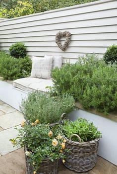 lange Sitzbank und viele grüne Pflanzen