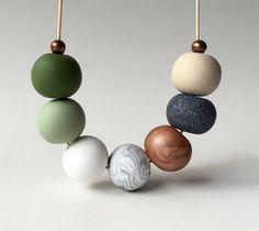 Collar de perlas de arcilla de polímero oliva y cobre