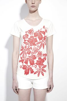 White printed organic cotton short sleeved t-shirt | honest by MURIÉE: Muriée's short sleeved T-shirt is made out of the finest GOTS certified organic cotton and is a true holiday essential. The fresh red flower print gives this summer classic a unique twist .