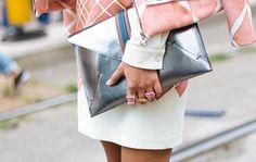 Và những ngày đầu, khi vừa bán túi clutch nữ chỉ là những chiếc ví to bản và không có dây đeo, được những cô gái sử dụng vào những buổi tiệc dạ hội. Theo thời gian, nhu cầu phái đẹp tăng lên, túi clutch được biến tấu đa dạng và phong phú với nhiều kiểu dáng hơn.
