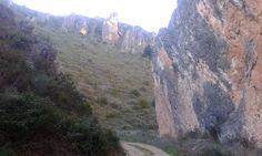 El sendero de la Hoz Angosta discurre entre  dos crestas  calizas.