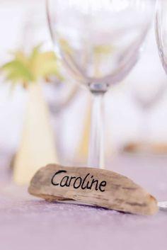 Toujours à la recherche de LA bonne idée pour vos marque-places du grand jour ? Cette galerie d'images est faite pour vous ! Découvrez sans plus attendre 30 modèles créatifs pour indiquer à chacun sa place lors de votre repas de mariage.