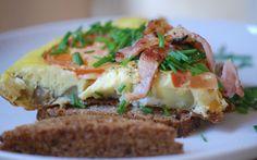Elsker du ikke bare en god æggekage? Se denne opskrift på god hjemmelavet æggekage med tomater og purløg, serveret på godt rugbrød