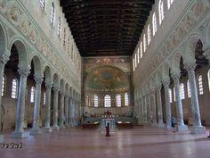 Iglesia de San Apolinar in Classe, Puerto de Rávena (533-536). Dedicada al primer obispo de Rávena. Conserva parte de los mosaicos originales.