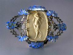 Art Nouveau glass brooch, by Rene Lalique. Lalique Jewelry, Cameo Jewelry, Jewelry Art, Vintage Jewelry, Bijoux Art Nouveau, Art Nouveau Jewelry, Art Nouveau Design, Art Deco Era, Vases