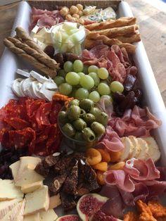 borrelplank Birthday Snacks, Party Snacks, Tapas Buffet, Snack House, Brunch, Wine Tasting Party, Good Food, Yummy Food, Happy Kitchen