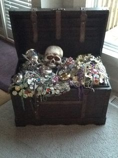 Pirate treasure chest! Pirate Halloween Decorations, Pirate Decor, Halloween Items, Pirate Theme, Outdoor Halloween, Halloween Crafts, Halloween 2020, Pirate Treasure Chest, Halloween Eyeballs